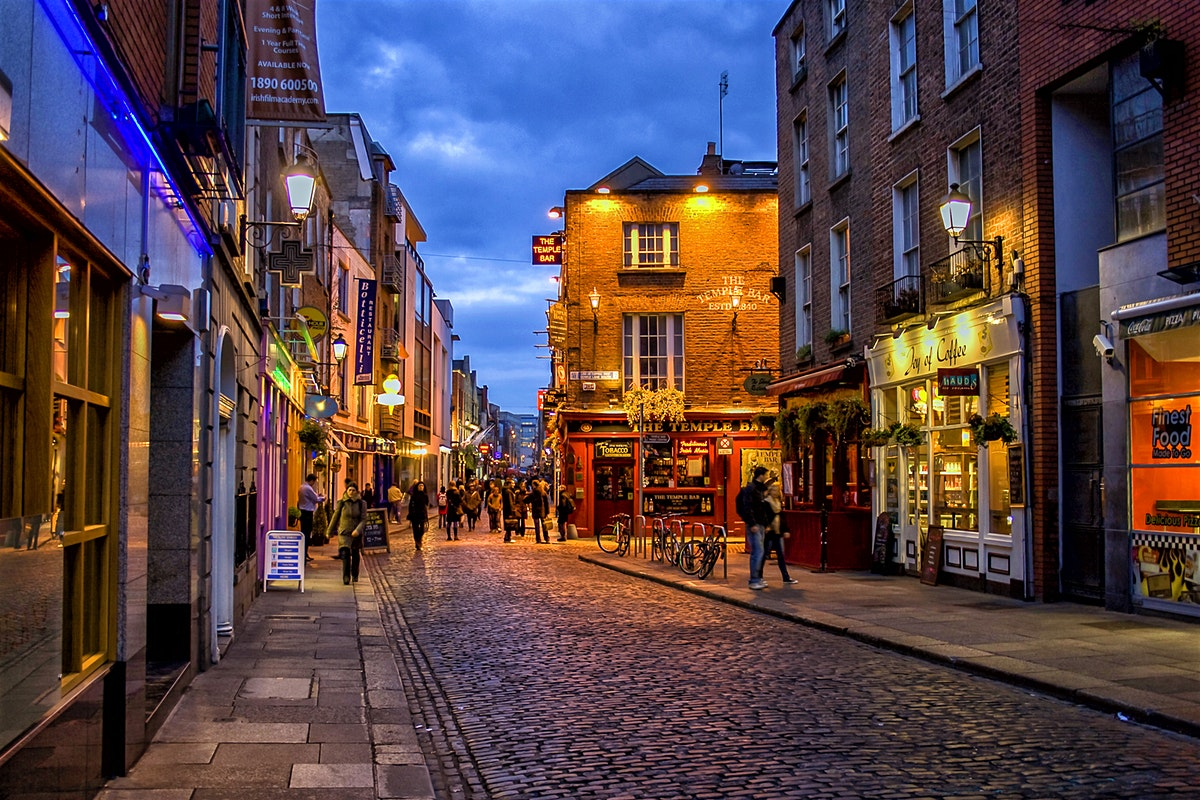 stock-photo-temple-bar-district-in-dublin-at-night-100904953